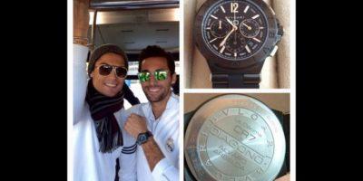 Cuando Real Madrid ganó la décima Champions League en 2014, el portugués le hizo un regalo muy especial a cada uno de sus compañeros: un reloj Bvlgari con sus iniciales grabadas (CR7) y con el nombre de cada uno de ellos, valorado en 8 mil euros. Foto:Vía twitter.com/aarbeloa17