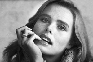 Se hizo actriz de la mano de Woody Allen, luego de ser una exitosa modelo. Estaba celosa del éxito de su hermana. Foto:vía Getty Images