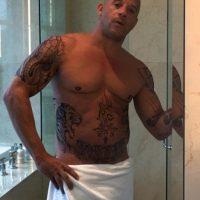 Vin Diesel deleitó a sus seguidoras con esa imagen en la que muestra su figura y sus tatuajes. Foto:Vía instagram.com/vindiesel