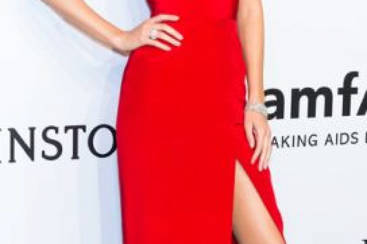 De rojo en un vestido ultrafavorecedor. Foto:vía Getty Images