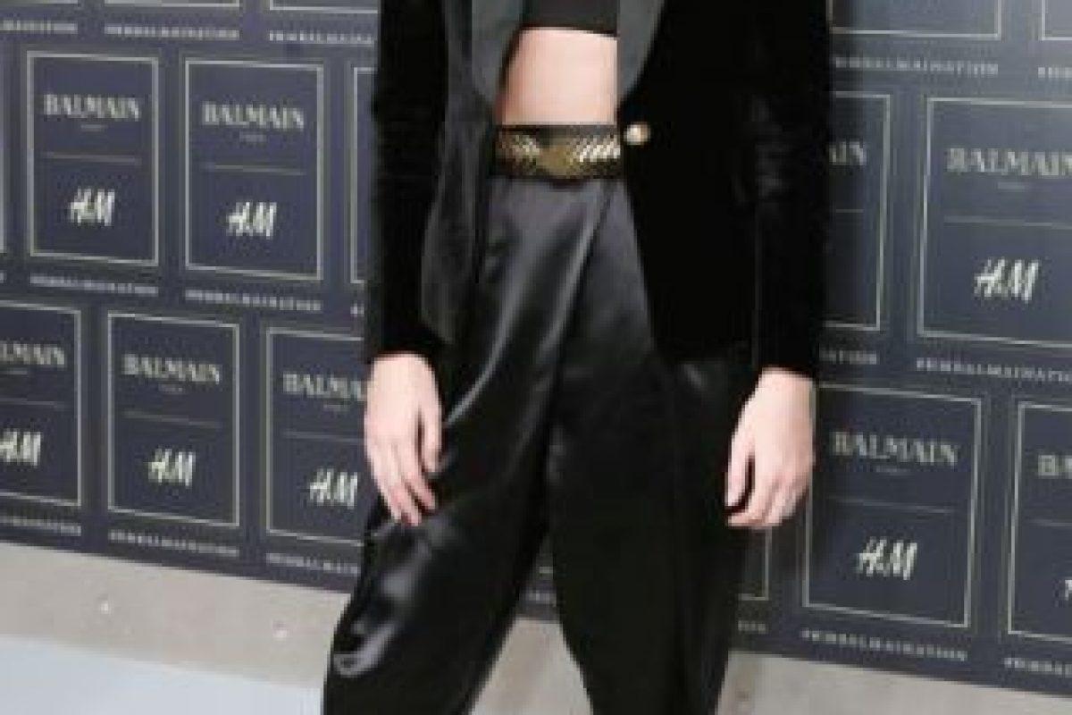 Pantalón baggy, crop top y collar HyM. Foto:vía Getty Images