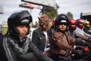 Motociclistas de Caravana del Zorro disfrazados mientras transitan por una calle en Guatemala. Foto:AFP