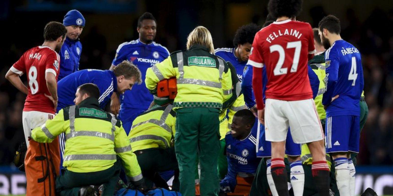 El futbolista francés aterrizó mal tras buscar un balón aéreo y sus gritos de dolor podían escucharse en la transmisión del duelo. Foto:Getty Images
