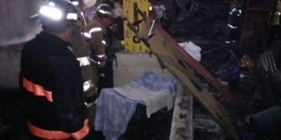 Bomberos atienden un incendio registrado en una zona de Amatitlán, Guatemala. Foto:@BVoluntariosGT