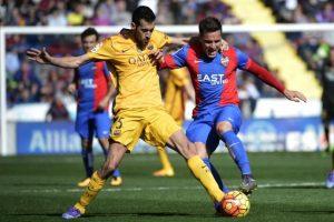 Jugadores del Levante y el Barcelona disputan un balón en un partido por la Liga Española 2016. Foto:AFP