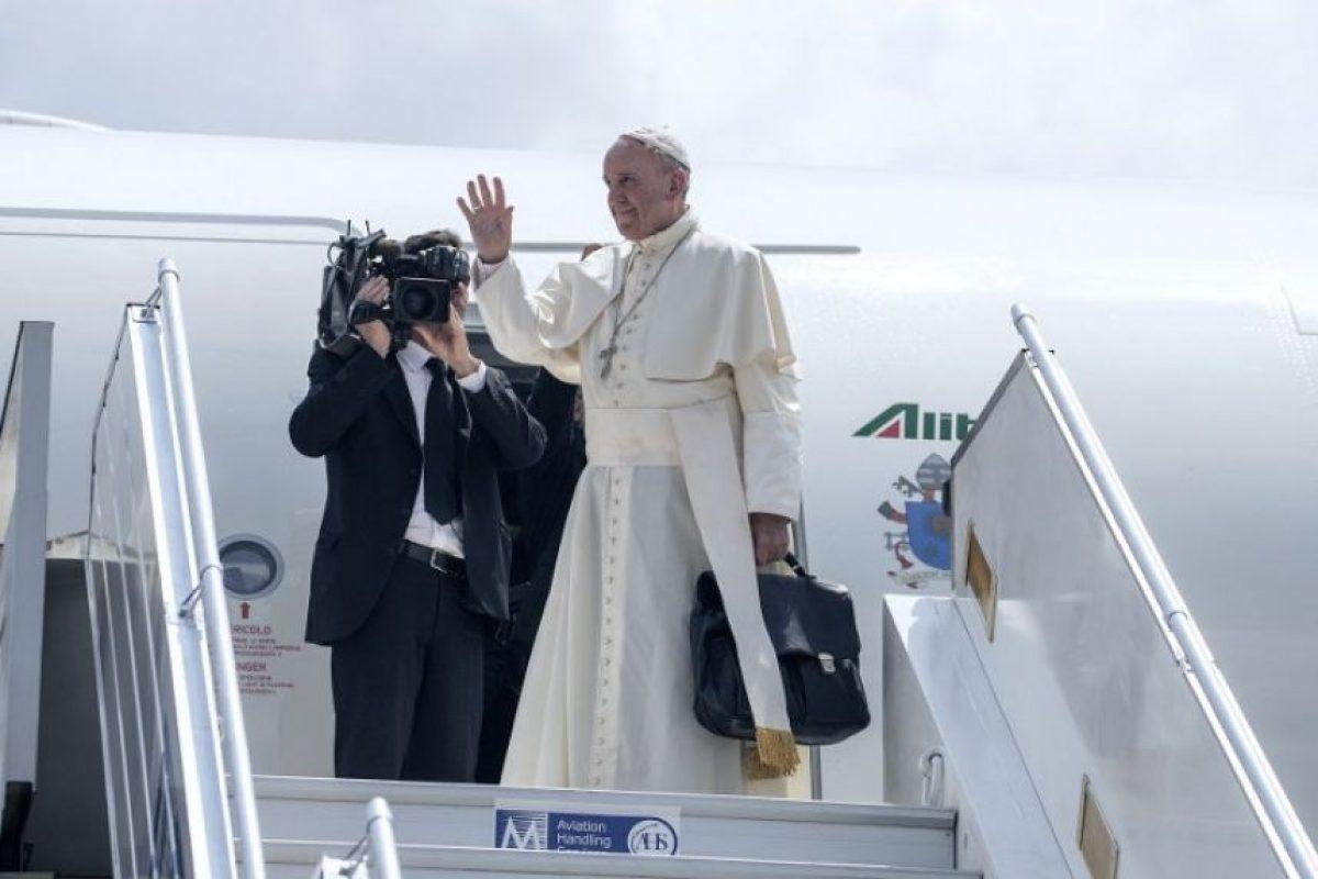 El papa Francisco saluda mientras desciende de un avión. Foto:AFP