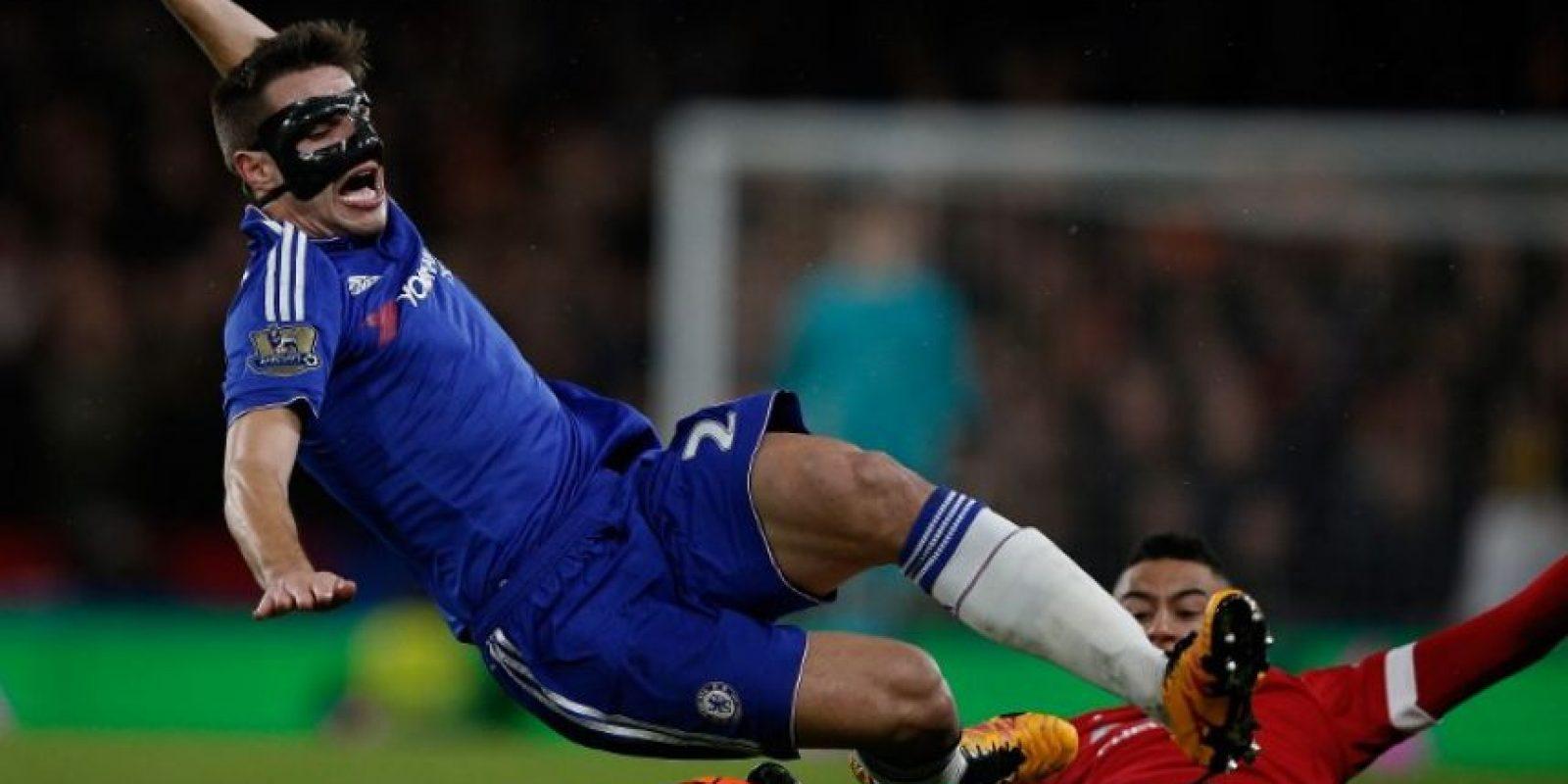 Jugadores del Chelsea y el Manchester United disputan un balón. Foto:AFP
