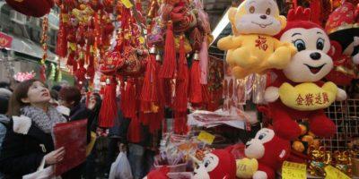 Acompañados del color rojo y dorado, que significa felicidad y riqueza, los chinos se congregaron en las principales plazas del país. Foto:AP