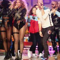 """Y cantó al final """"Fix You"""" y """"Up a& Up"""" con Chris Martin y Bruno Mars. Foto:Getty Images"""