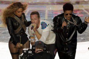"""Y luego se unieron para interpretar """"Fix You"""" y """"Up & Up"""". Foto:Getty Images"""