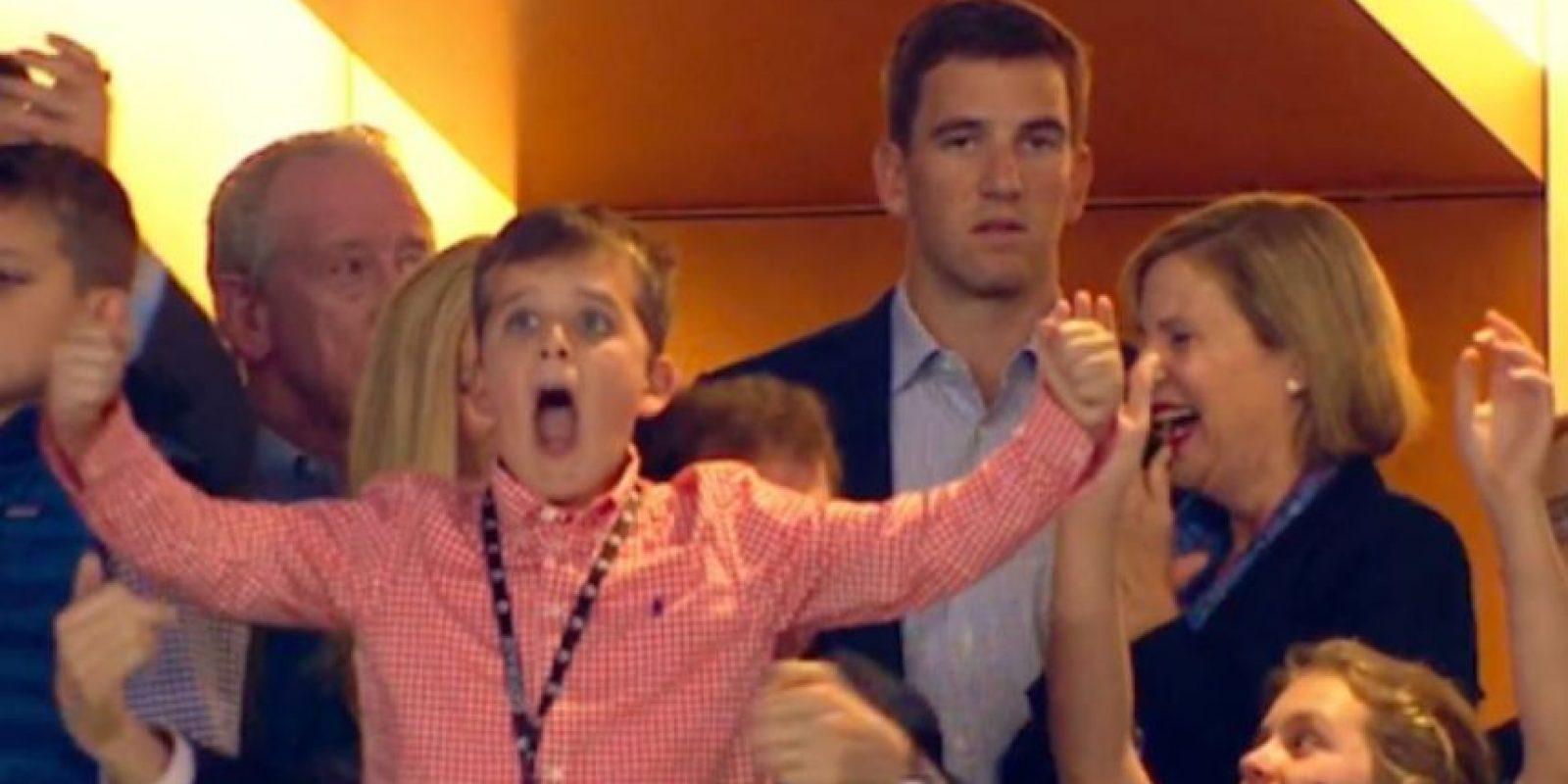 Todos en el palco de sus familiares y amigos celebraron, menos su hermano Eli Manning Foto:Twitter