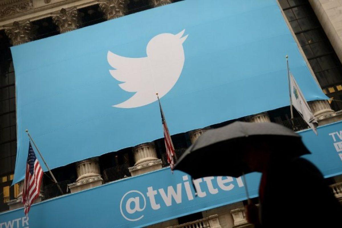 Una persona camina frente a un logo gigante de Twitter en Estados Unidos. Foto:AFP