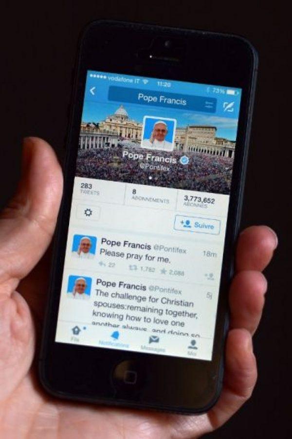 Una persona revisa el perfil de Twitter del papa Francisco. Foto:AFP