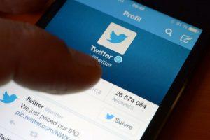 Un usuario revisa el perfil de Twitter en esa red social. Foto:AFP