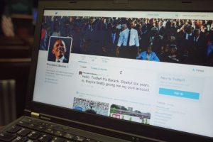 Una persona revisa el perfil de Twitter del presidente estadounidense, Barack Obama. Foto:AFP