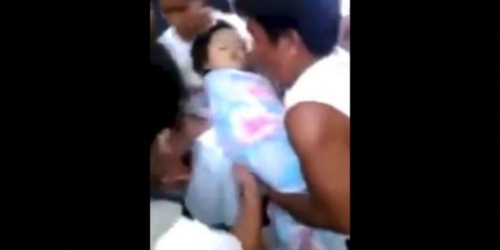 La niña se encontraba dentro de su ataúd, hasta que un familiar lo abrió para ver sus restos Foto:YouTube – Archivo