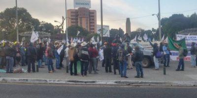 Decenas de personas se reúnen en el Obelisco para una manifestación pacífica. Foto:@EmisorasUnidas