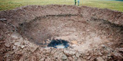 Foto muestra el cráter dejado por un meteorito en Letonia. Foto:AFP