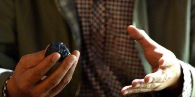 Un científico sostiene una parte de un meteorito durante una presentación en China. Foto:AFP
