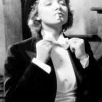 """Marlene Dietrich en """"Marruecos"""", en 1933, cambió la Historia al mostrarse vestida de frac, en una época donde la mujer aún debía conservar ciertas normas al vestir. Cuestionó los roles sexuales de esta manera. Foto:vía Getty Images"""