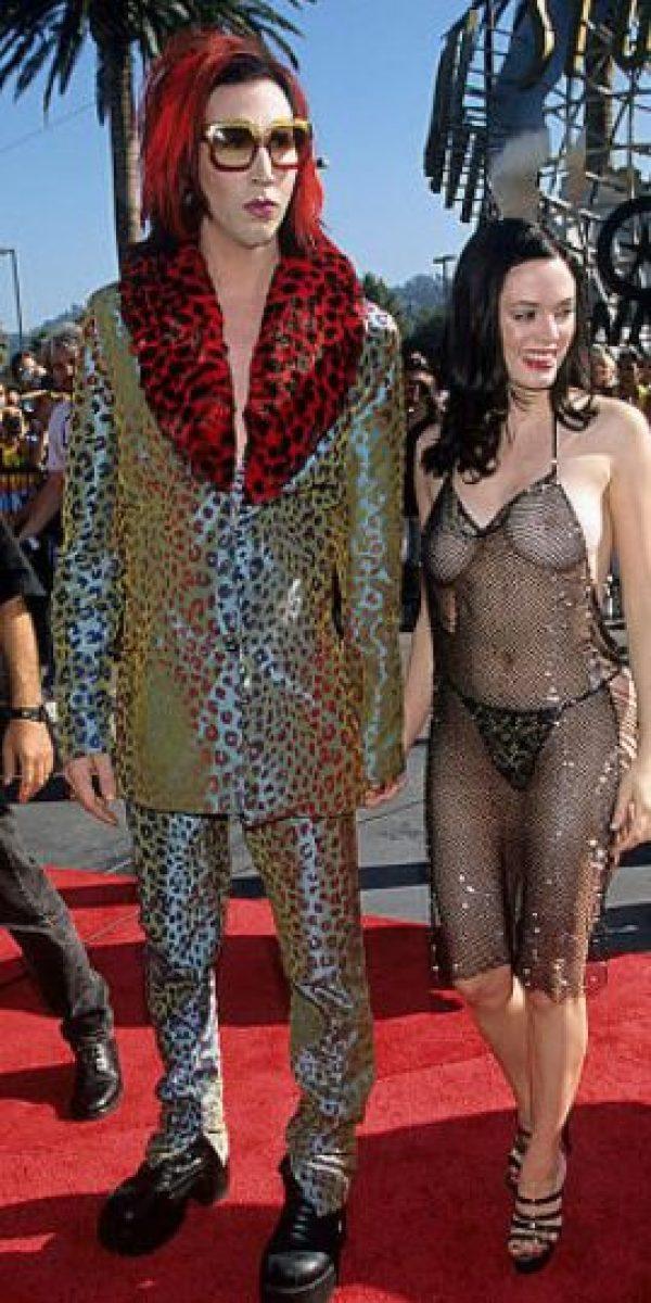 Rose McGowan con este vestido de malla que usó en los VMA'S de 1998, mostrándolo todo. Foto:vía Getty Images