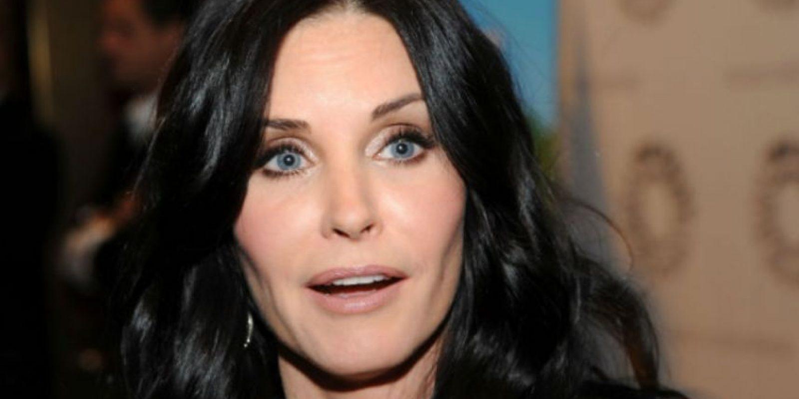 Muchas personas suelen desahogar el estrés con el cigarro. En los tiempos de Friends, la actriz cayó en el vicio de la nicotina. Foto:vía Getty Images