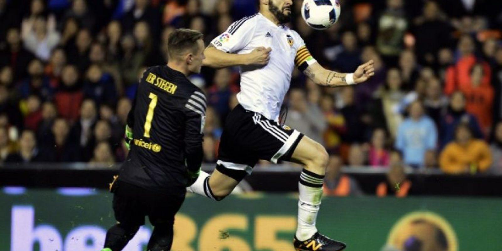 Álvaro Negredo anota un gol ante el Barcelona en el partido de vuelta de las semifinales de la Copa del Rey 2016.