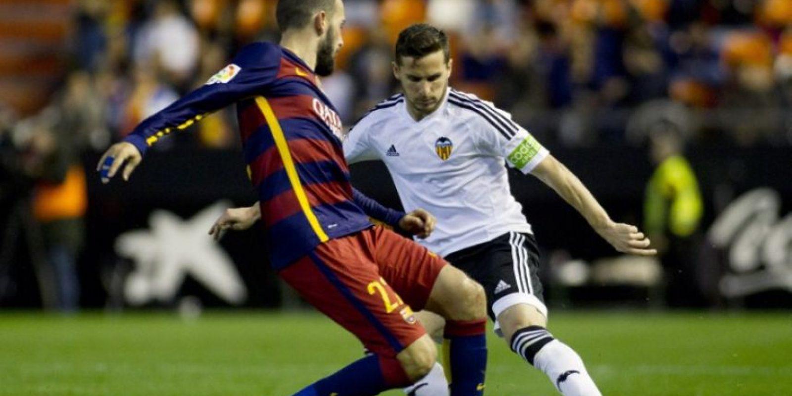 Jugadores del Valencia y el Barcelona disputan un balón en el partido de vuelta de las semifinales de la Copa del Rey 2016.