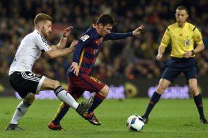 Shkodran Mustafi y Lionel Messi disputan un balón en un partido de Copa del Rey. Foto:AFP