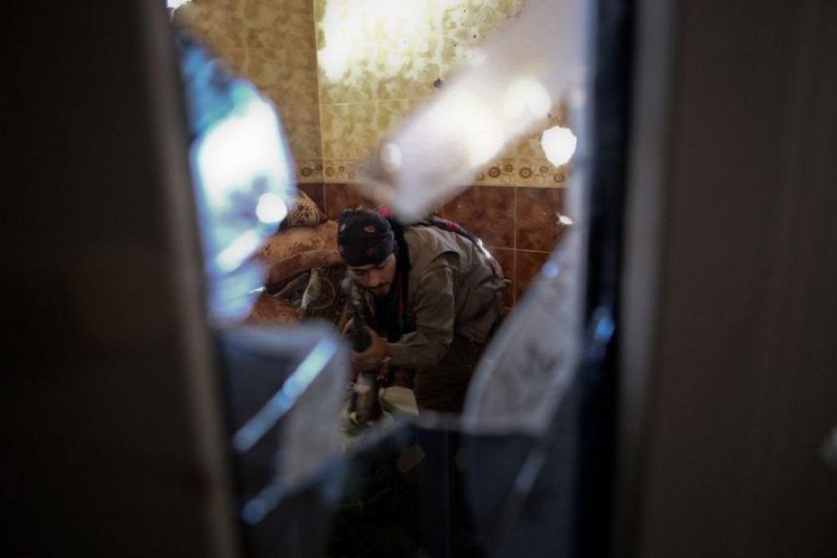 Un miembro de las fuerzas armadas sirias, durante un combate contra el Estado Islámico. Foto:AFP