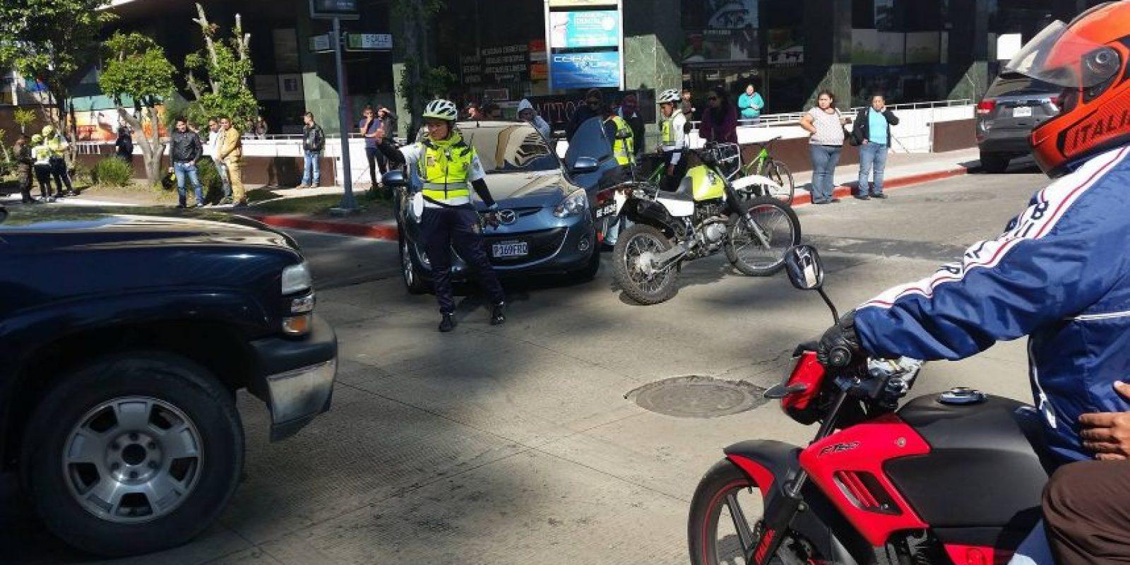 EMETRA dirige el tránsito tras la colisión en la Avenida Reforma. Foto:Publinews