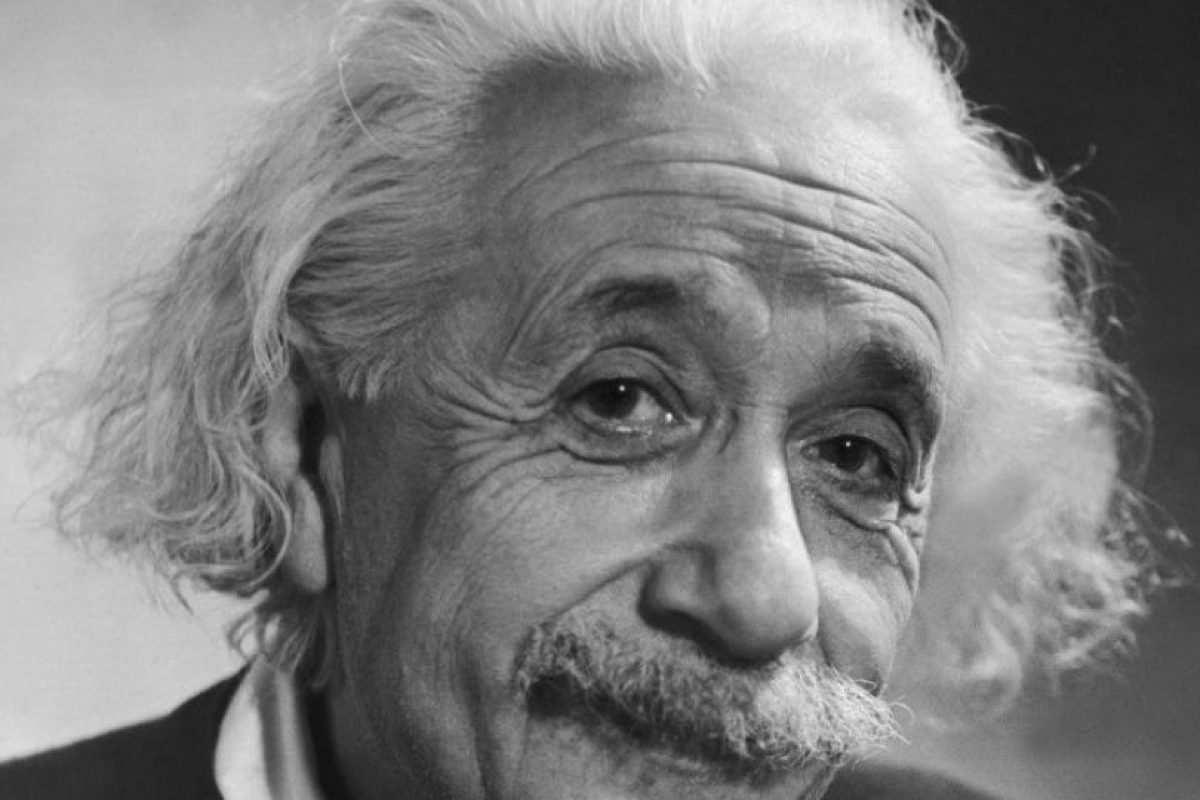 El científico Albert Einstein sonriendo en una fotografía antigua. Foto:Twitter