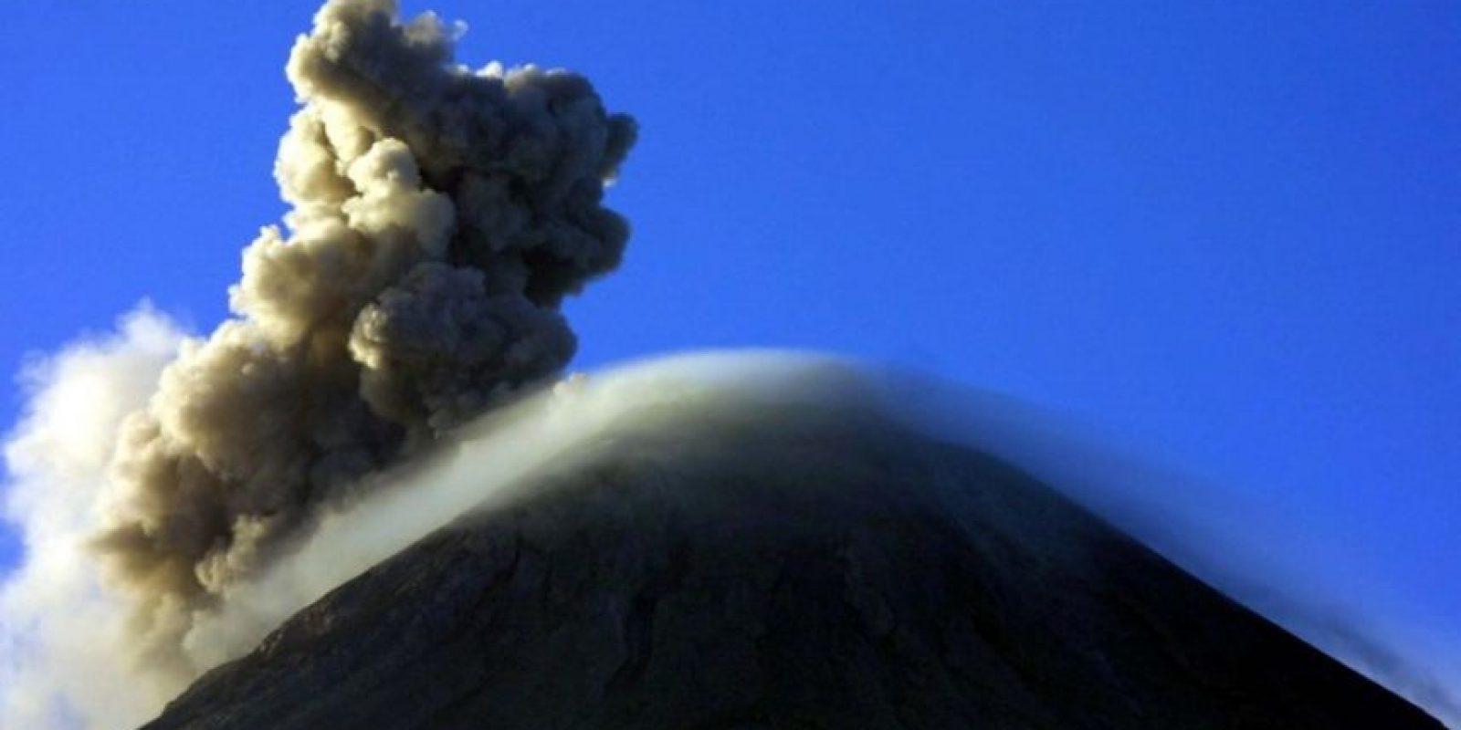El volcán de Fuego, en Guatemala, exhala una nube de vapor y ceniza. Foto:AFP