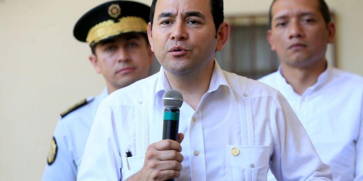 Presidente Jimmy Morales recibió su primer cheque, se quedó con Q27 mil 720 y el resto lo donó a...