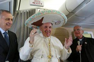 El papa Francisco porta un sombrero de charro mientras aborda un avión con destino a Cuba. Foto:AFP