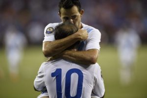 Marco Pappa y José Manuel Contreras celebran un gol con la selección nacional de Guatemala. Foto:AFP