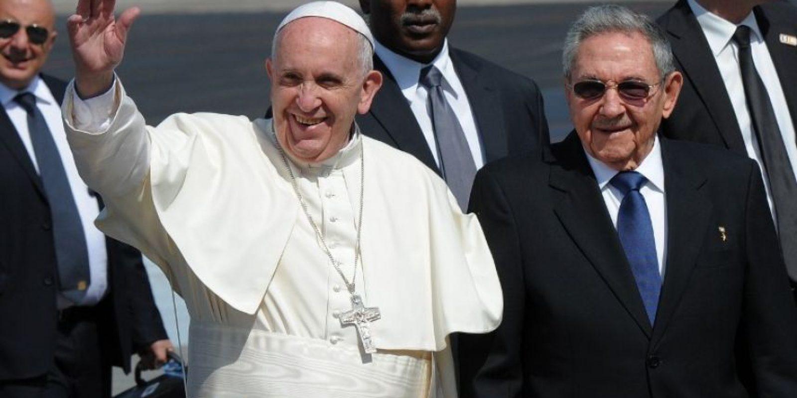 El papa Francisco, junto a Raúl Castro, saluda a su llegada a Cuba. Foto:AFP