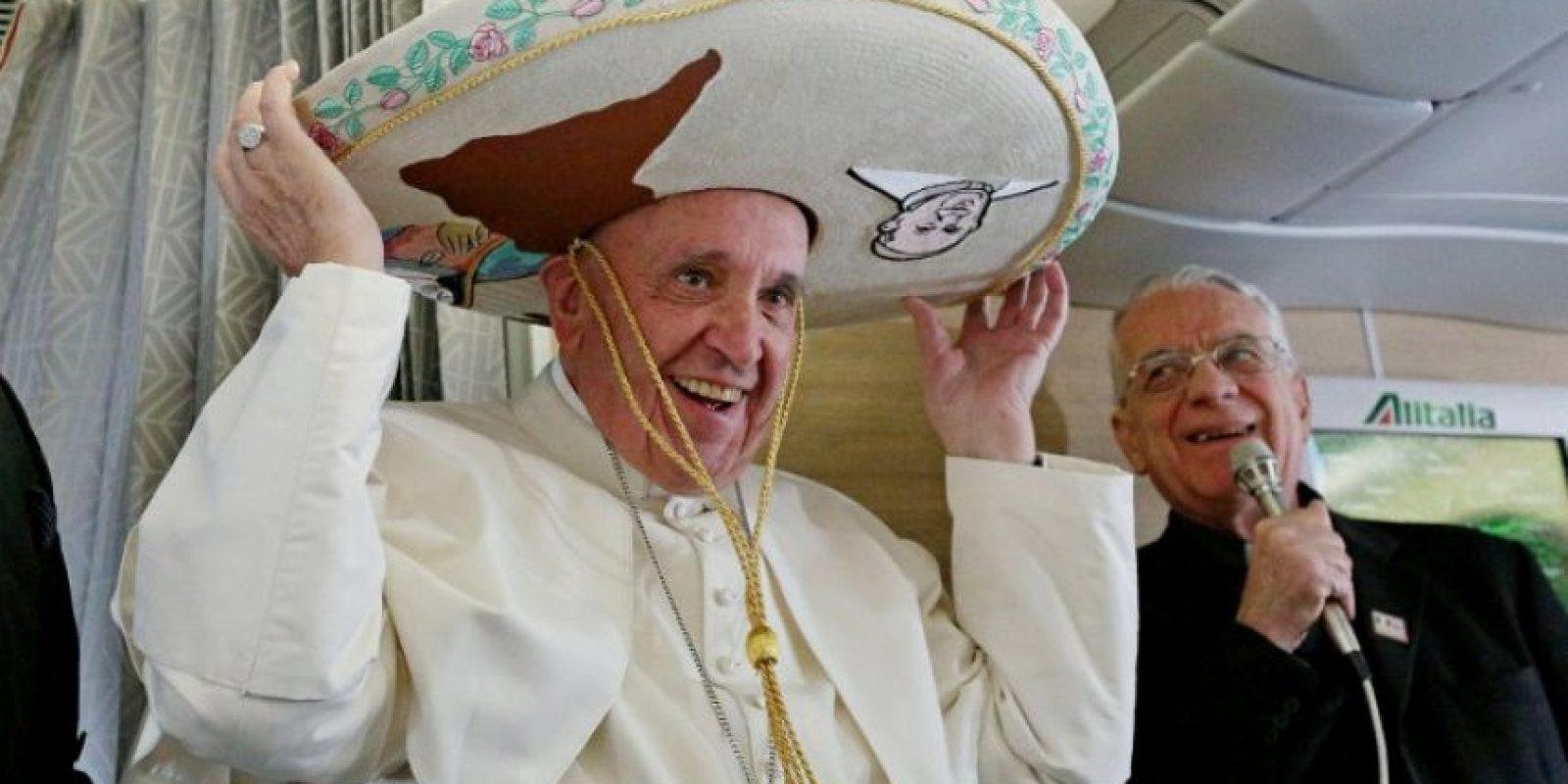 El papa Francisco porta un sombrero de charro mientras aborda un avión rumbo a México. Foto:AFP