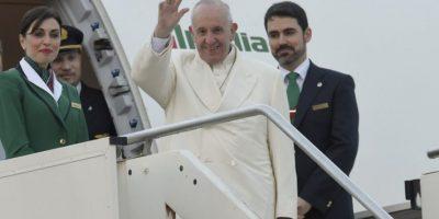 El papa Francisco saluda mientras aborda un avión rumbo a México. Foto:AFP