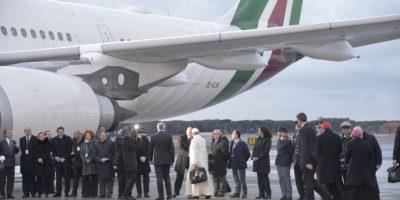 El papa Francisco se prepara para abordar un avión rumbo a México Foto:AFP