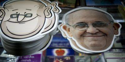 Artículos alusivos a la visita del papa Francisco se venden en México. Foto:AFP