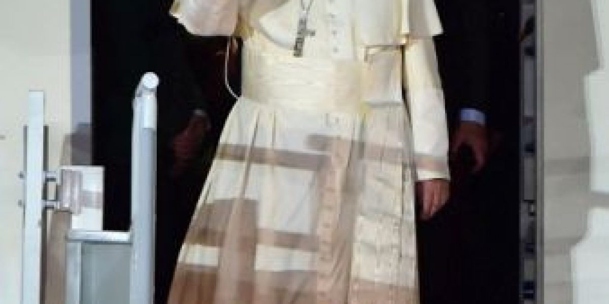Primera Dama de México violó el protocolo para recibir al Papa Francisco