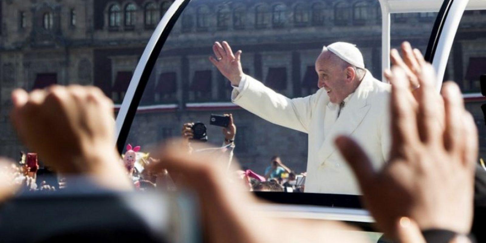 El papa Francisco saluda a los fieles católicos reunidos para darle la bienvenida a su llegada a México. Foto:AFP