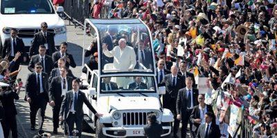El papa Francisco a bordo del papamóvil en una calle de la Ciudad de México. Foto:AFP