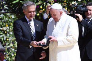 El Jefe de Gobierno, Miguel Ángel Mancera, entrega las llaves de la ciudad al papa Francisco. Foto:@ManceraMiguelMX