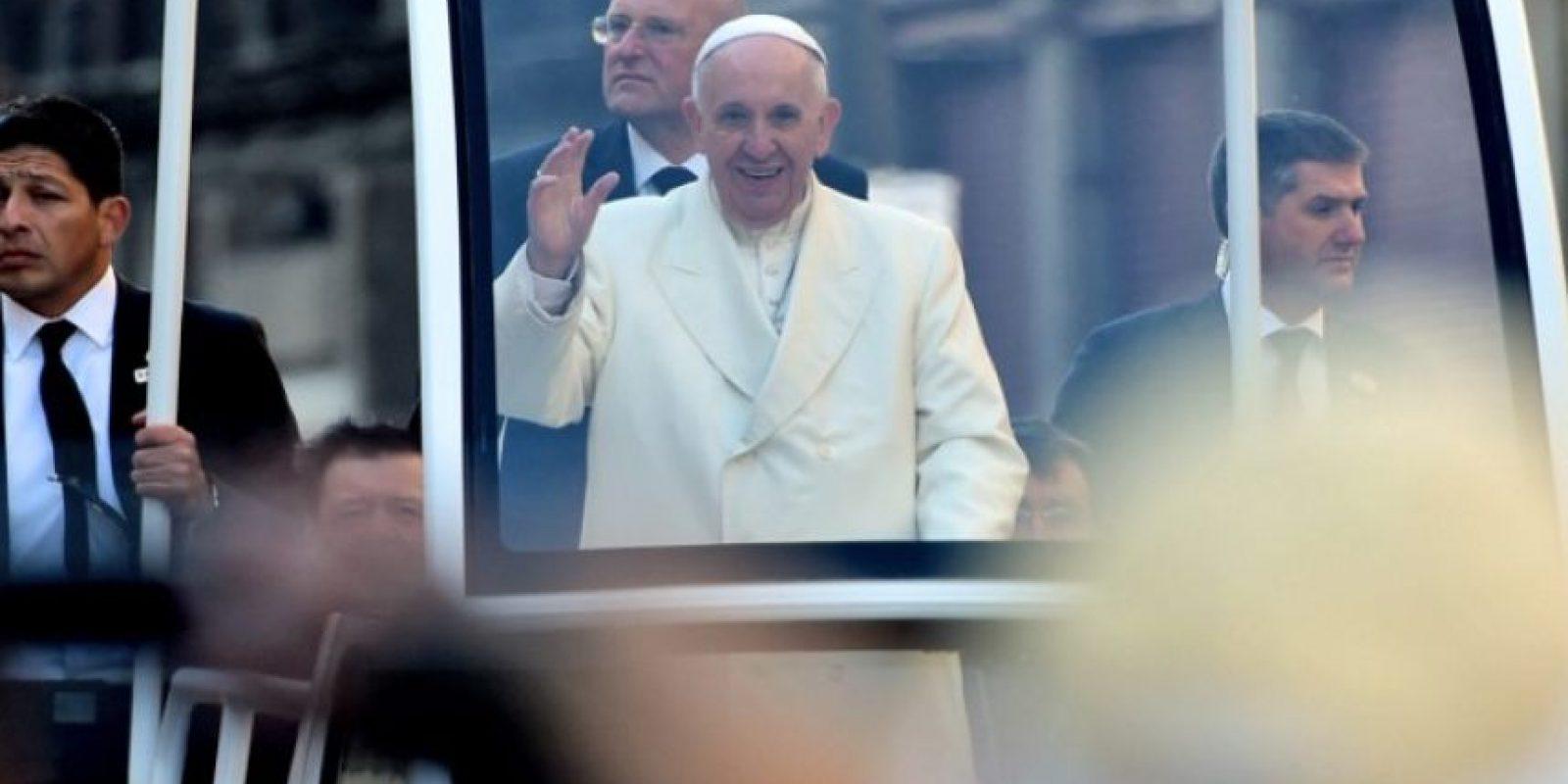 El papa Francisco sonríe mientras recorre la Ciudad de México. Foto:AFP