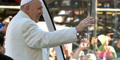 El papa Francisco saluda a los fieles católicos en la Ciudad de México. Foto:AFP