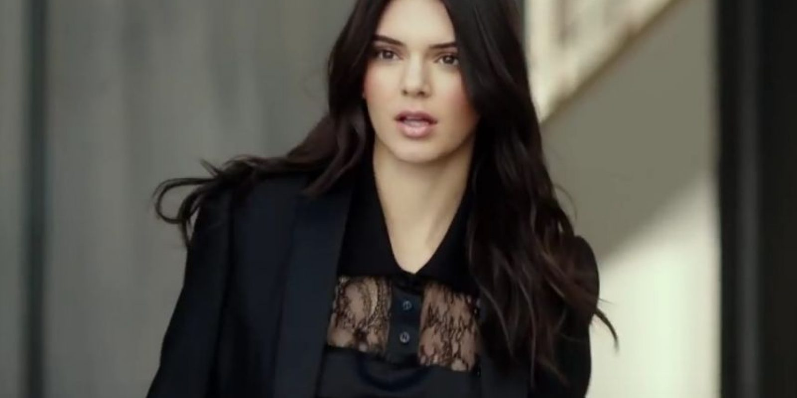En el video Kendall se retrasa y sale rápidamente de su casa… Foto:Vía Youtube Stee Lauder
