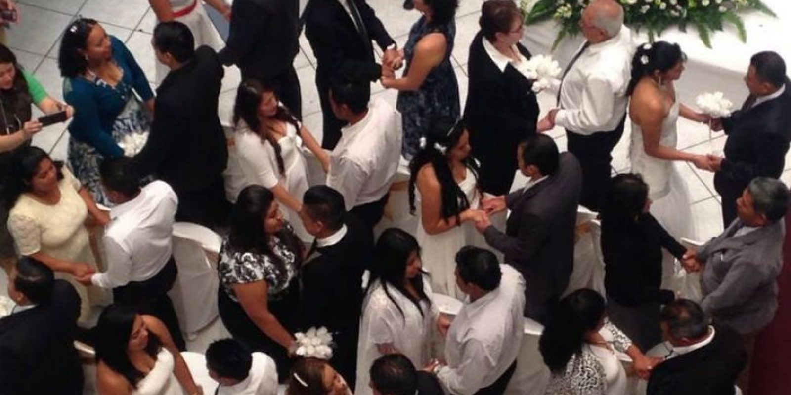 Decenas de parejas se casaron este domingo en el RENAP. Foto:@renapgt
