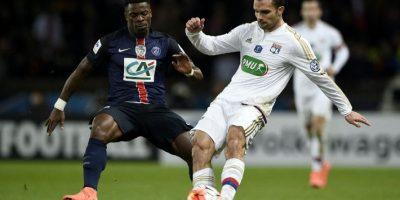 Serge Aurier disputa un balón en un partido de la Liga 1. Foto:AFP